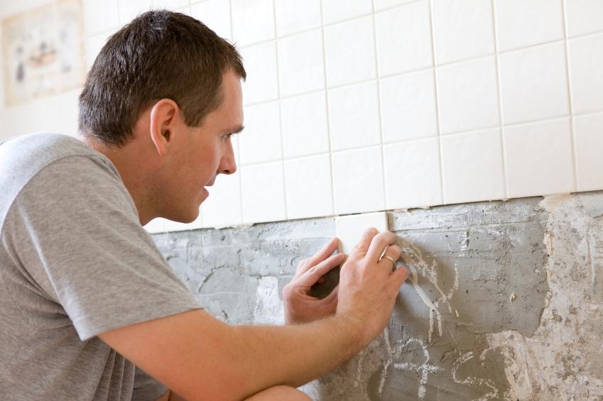 Как положить кафель на стену своими руками видео