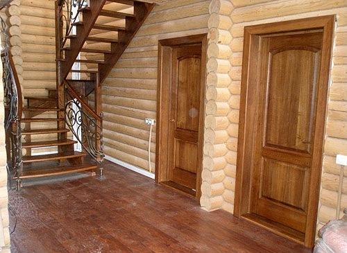 установка входной двери в загородном доме