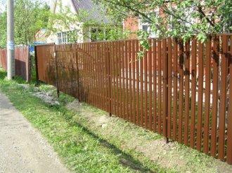 Забор из штакетника – недорогое и оригинальное удовольствие
