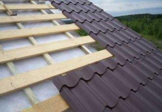 Чем лучше покрыть крышу: шифером или металлочерепицей?