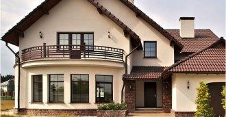 Красивый фасад с пластиковыми окнами