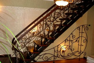 Ограждающие конструкции для лестниц в доме