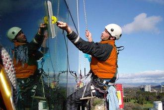 Заказываем услуги промышленных альпинистов: что нужно знать?